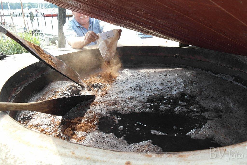 Barkpulver røres i vandet ved 50 grader